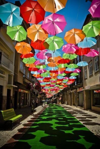 Pod barevnými deštníky