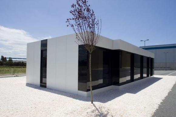 Black and white- modulární rodiný dům