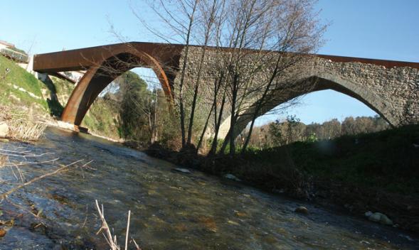 Dostavba středověkého mostu nad řekou Tordera