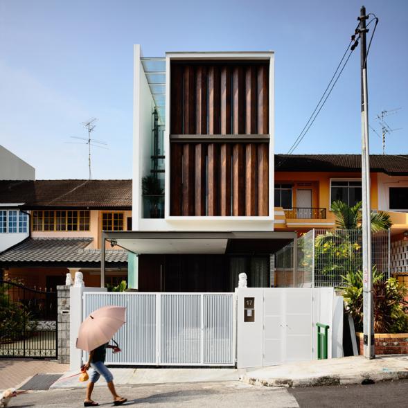 Řadový dům s otočnými žaluziemi