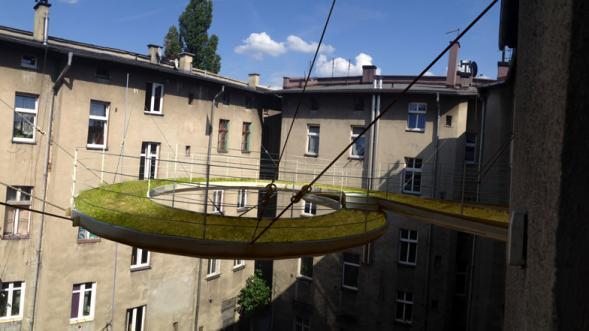 Spirálový levitující chodník mezi budovami