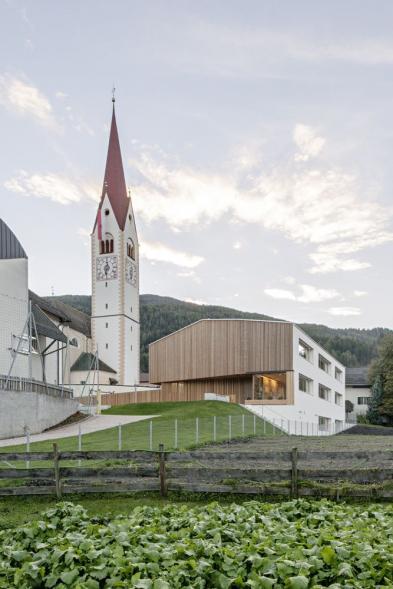 Školka vedle kostela