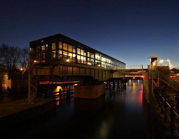 Restaurace na mostě v Amsterdamu