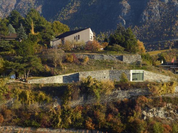 Dům za opěrnou stěnou